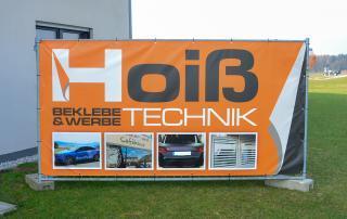Mesh Banner vor einem Haus - Werbung