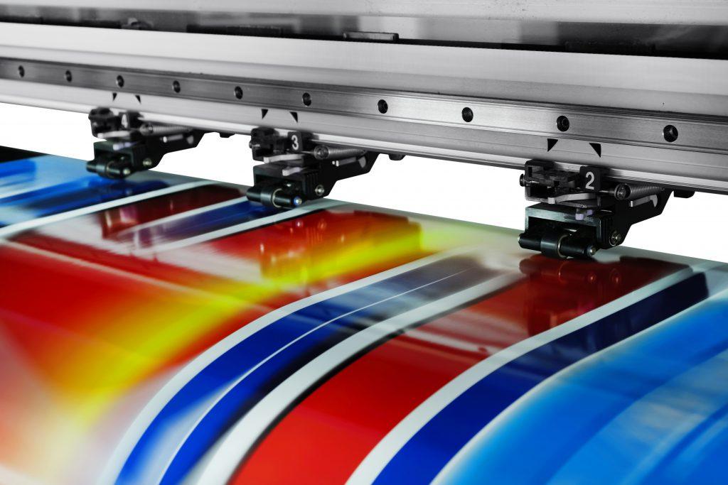 Digitaldrucker druckt gerade - Werbetechnik