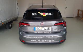 Ein Auto wird beschriftet, beklebt - Werbung